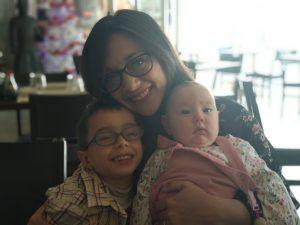 Mamá con dos niños