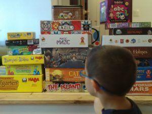 mesa con juegos de mesa para todas las edades