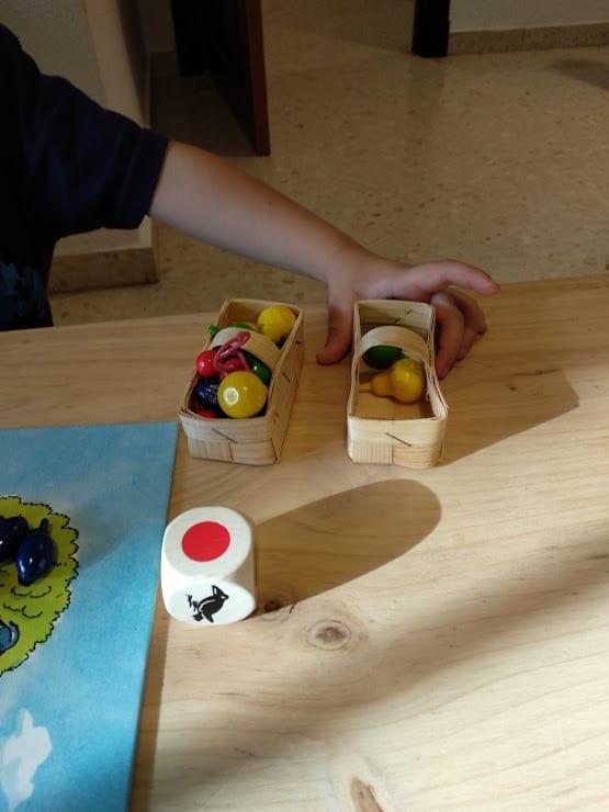 Cestas de las frutas, frutas y dado de madera de gran tamaño